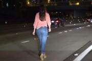 Una mujer borracha detiene su coche en medio de la autopista y se pone a pasear por ella
