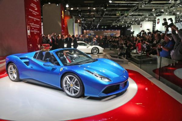A Ferrari le sienta bien el azul: Nuevo 488 Spider